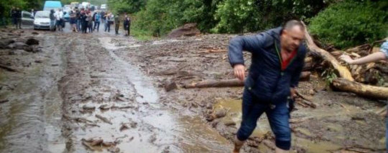 Оползень перекрыл трассу в Карпатах