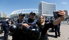 """Поліція затримала біля """"Олімпійського"""" 18 людей, які скандували """"Динамо! Динамо!"""""""