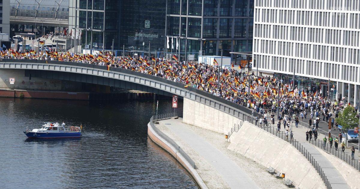 Неменее  25 тыс. человек вышли надемонстрации вБерлине