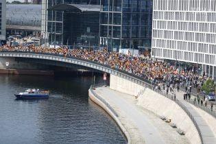 В Берлине на марш правых вышли 5 тысяч человек, их противников было впятеро больше