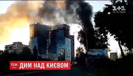 У центрі Києва загорівся шиномонтаж