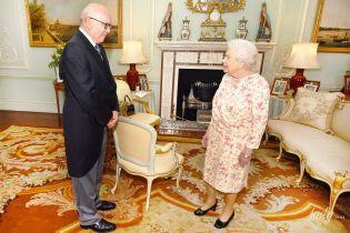 В элегантном платье и с улыбкой: королева Елизавета II на приеме во дворце