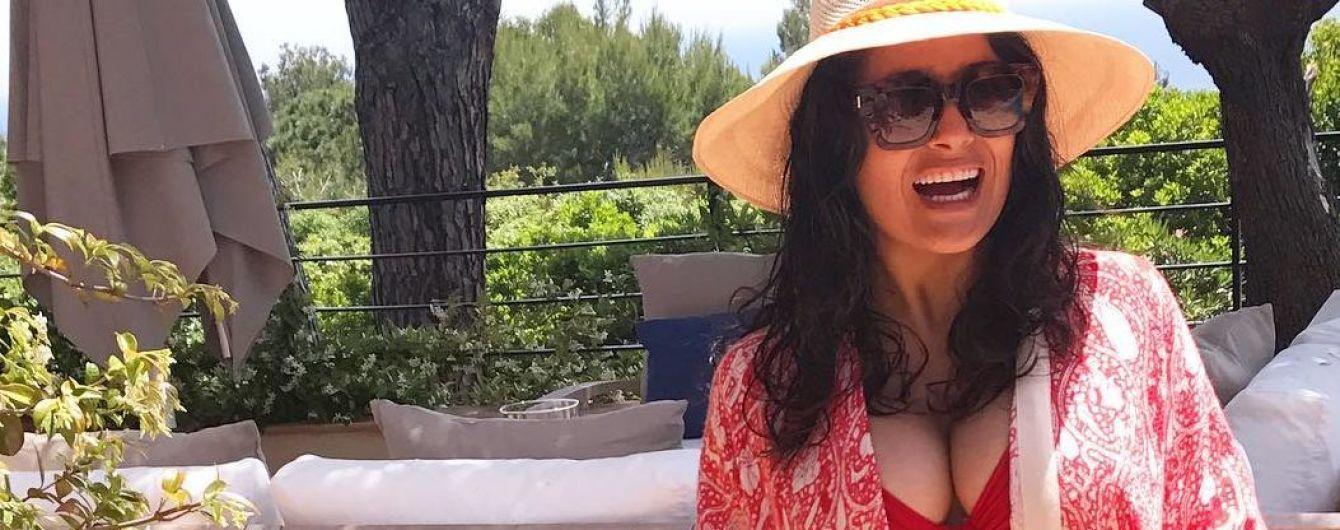 В красном купальнике и шляпе: Сальма Хайек наслаждается отдыхом