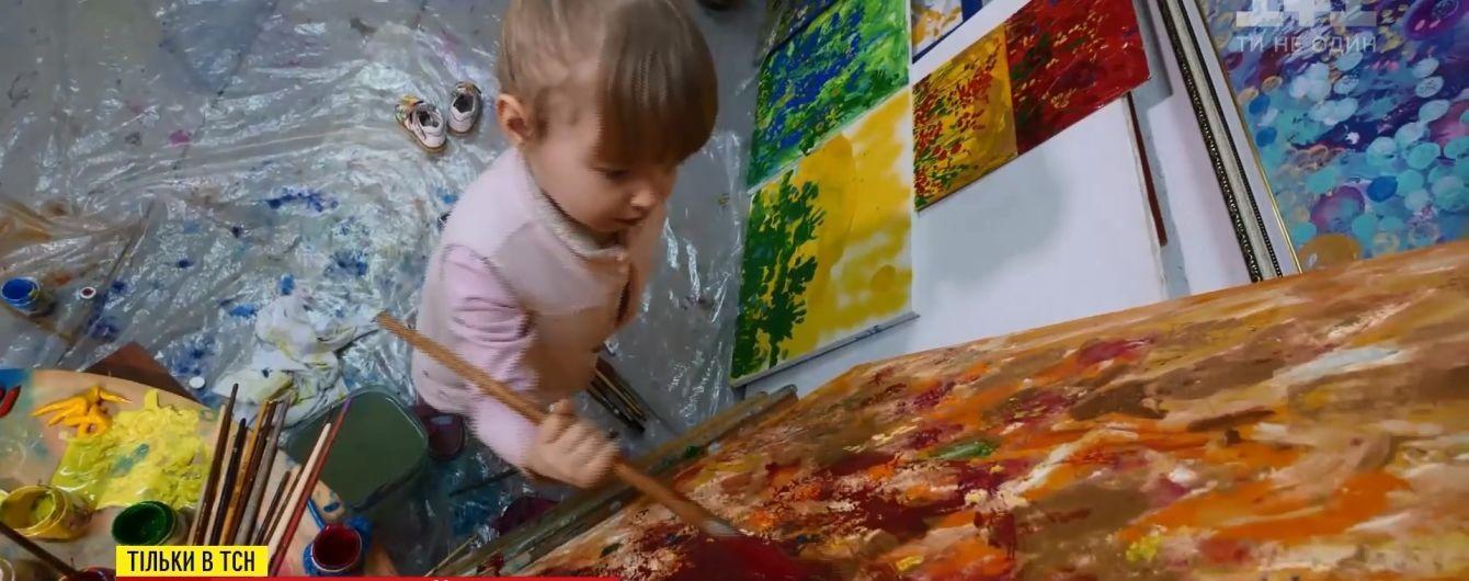 У Дніпрі 3-річна дитина малює абстрактні картини, котрі продаються за сотні доларів