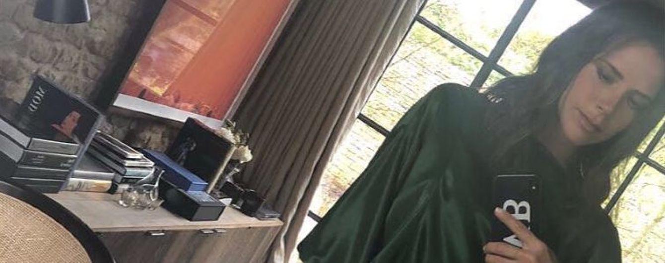 В красивом платье с обнаженной спиной: Виктория Бекхэм продемонстрировала новый образ