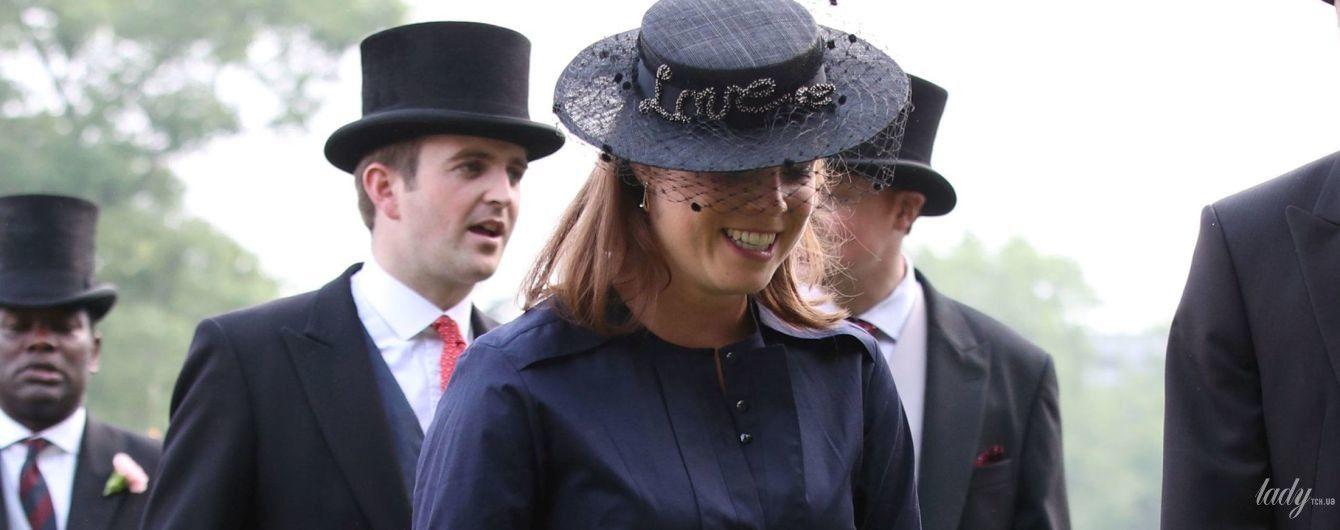 В мини-платье и шляпке с вуалью: принцесса Евгения на вечеринке в Букингемском саду