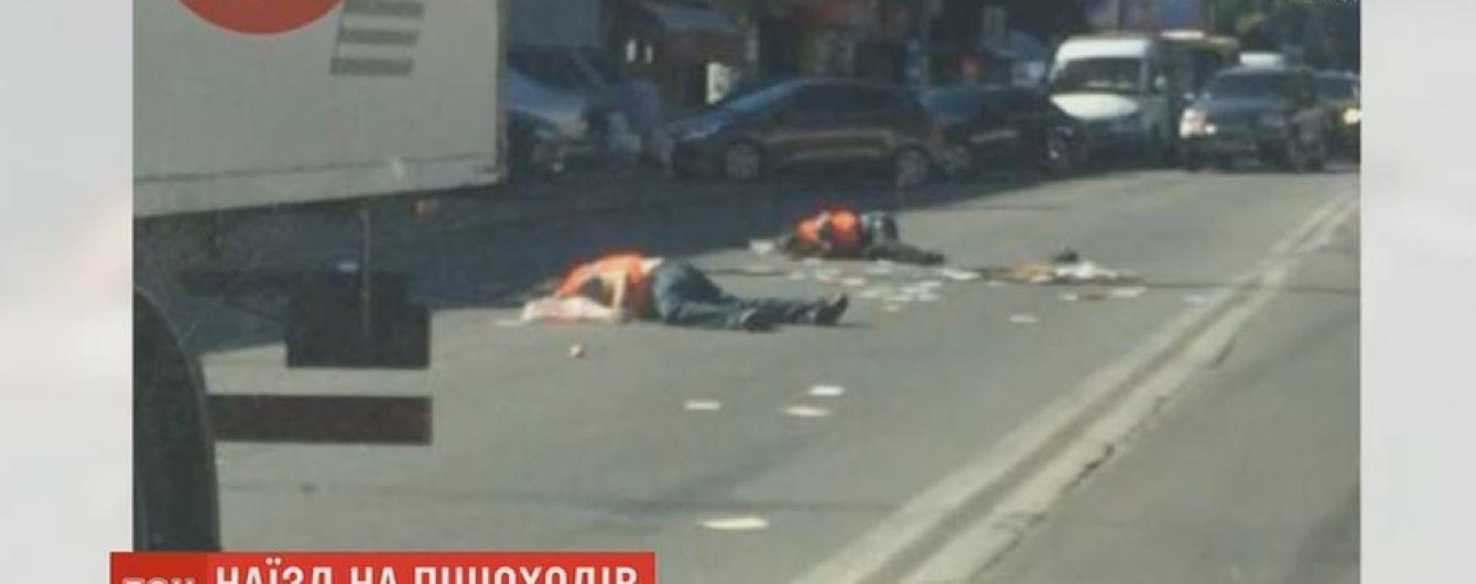 Грузовик в Киеве сбил двух человек на пешеходном переходе