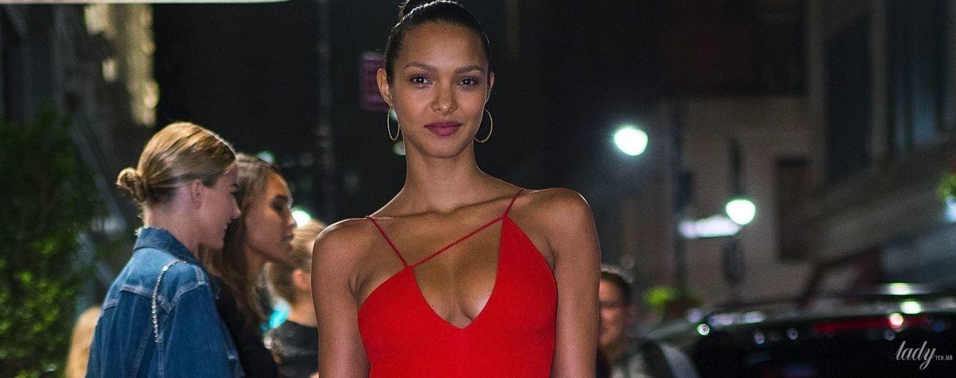 В алом платье на тонких бретельках: элегантная Лаис Рибейро на светском мероприятии