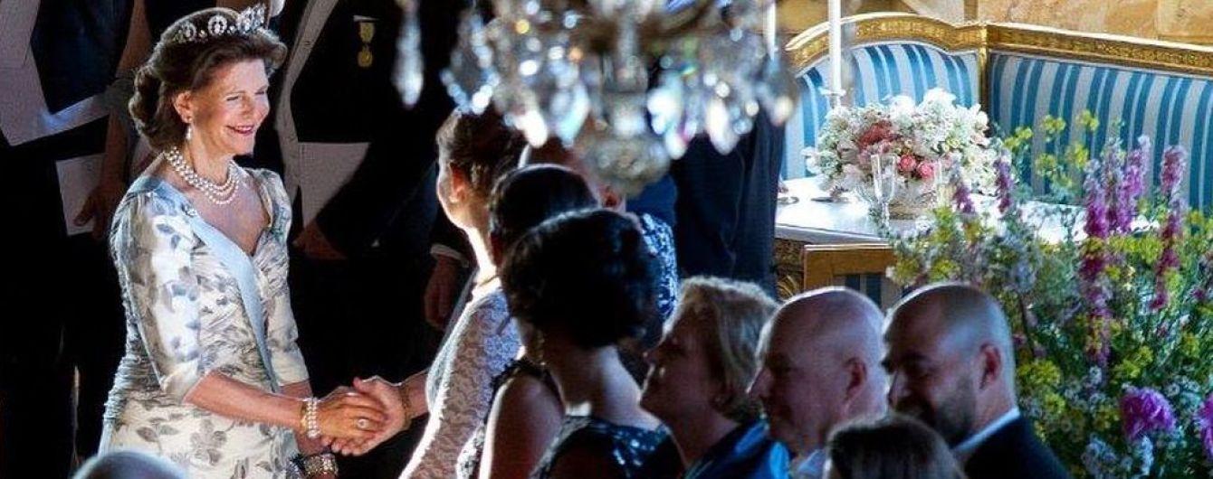 С декольте чуть больше обычного: королева Сильвия на торжественном приеме