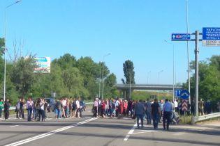 На Київщині перекривали дорогу на столицю. Люди вимагають звільнення глави Обухівської РДА