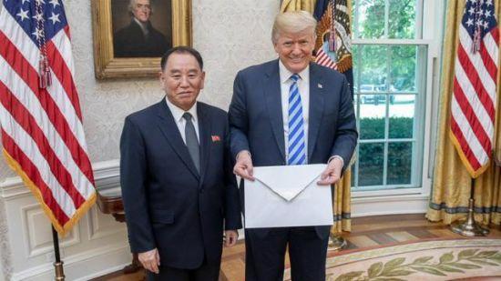 Білий дім показав фото Трампа з листом від Кім Чен Ина