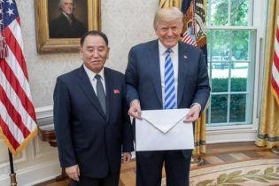 Ким Чен Ын издевается над Трампом: в соцсетях высмеяли огромный конверт с письмом для президента США