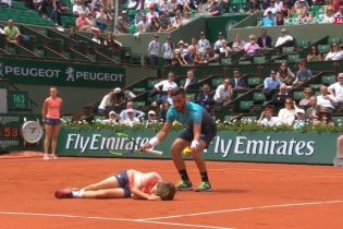 Боснийский теннисист отправил в нокаут болбоя во время матча Roland Garros