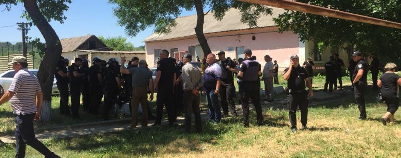 На Одесчине активисты подрались с полицейскими из-за перевыборов, пострадали 13 правоохранителей
