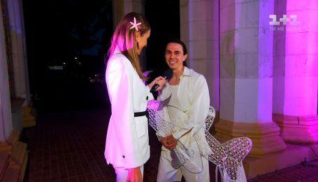 Дизайнер Жан Грицефальд пришел с самолетиком на церемонию Cosmopolitan Awards