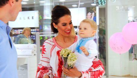 """Будущие родители собираются на открытии бутика детской одежды """"Livly"""""""