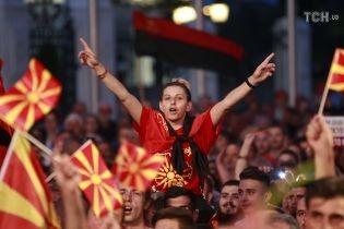 В столице Македонии тысячи людей протестовали против изменения названия страны