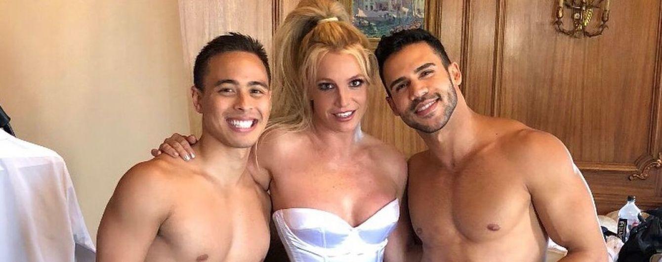 В корсете и трусах с заклепками: горячая Бритни Спирс позировал в объятиях подкачанных парней