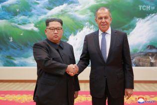 """В программе Киселева Ким Чен Ыну """"нарисовали"""" улыбку на фото с Лавровым"""