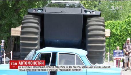 """У Дніпрі на фестивалі """"Монстр-Карс"""" позашляховик розчавив """"Москвича"""""""
