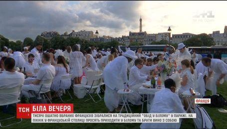 В Париже тысячи нарядно одетых французов устроили ужин в белом