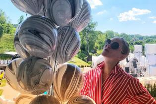 В полосатом платье и с воздушными шарами: Катя Осадчая продемонстрировала летний образ
