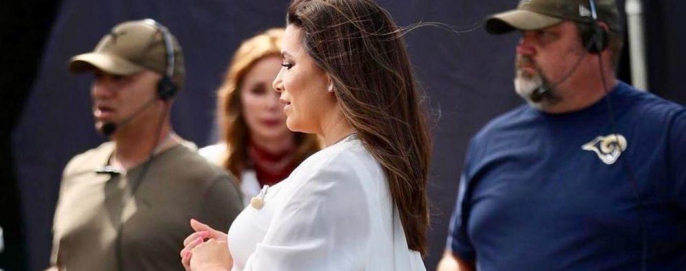 В белом платье и на каблуках: уставшая от беременности Ева Лонгория показала огромный живот
