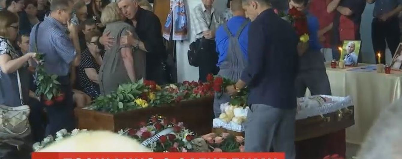 Сотни людей пришли проститься с погибшими в ДТП матерью и дочкой в Запорожье