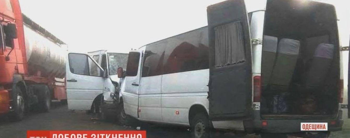 На одеській трасі вантажний бус врізався в маршрутку