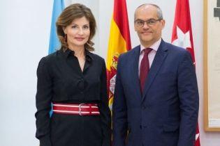 В деловом образе с яркими аксессуарами: Марина Порошенко встретилась с испанскими школьниками