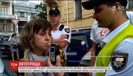 """В Одесі нетвереза водійка """"Ягуара"""" врізалася у ряд припаркованих автівок"""