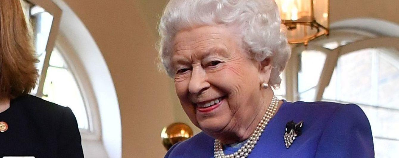 Выглядит прекрасно: 92-летняя королева Елизавета II в безупречном образе посетила благотворительную организацию