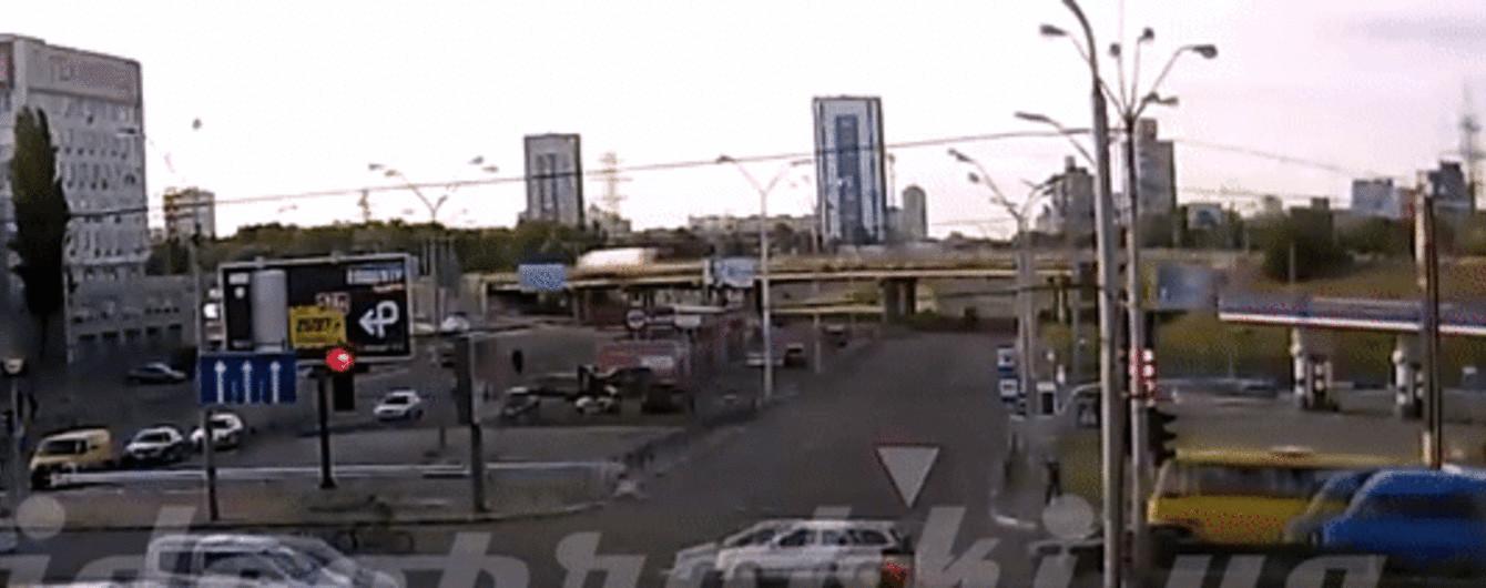 В Киеве маршрутка на переходе сбила женщину, обнародовано видео