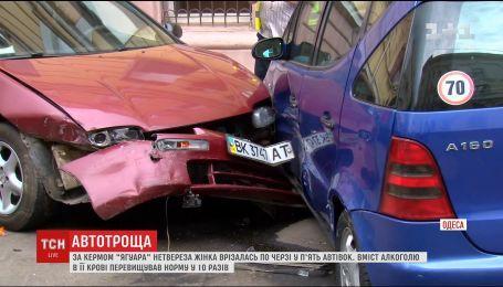 """В Одесі кермувальниця """"Ягуара"""" протаранила ряд авто і спробувала втекти"""