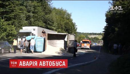 На Прикарпатье рейсовый автобус столкнулся с грузовиком, один человек погиб