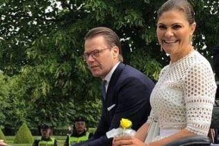 В элегантном белом платье: кронпринцесса Виктория на праздничном мероприятии
