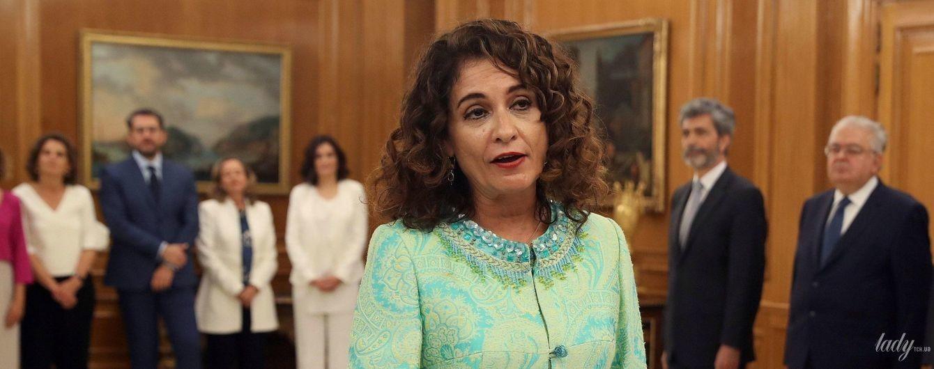 В жакардовом кардигане с бисером и пайетками: новый министр финансов Испании на присяге