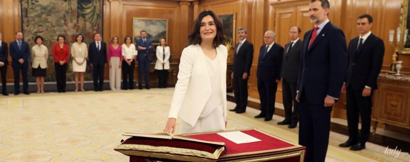 Вся в белом: новый министр здравоохранения Испании пришла на присягу в стильном образе