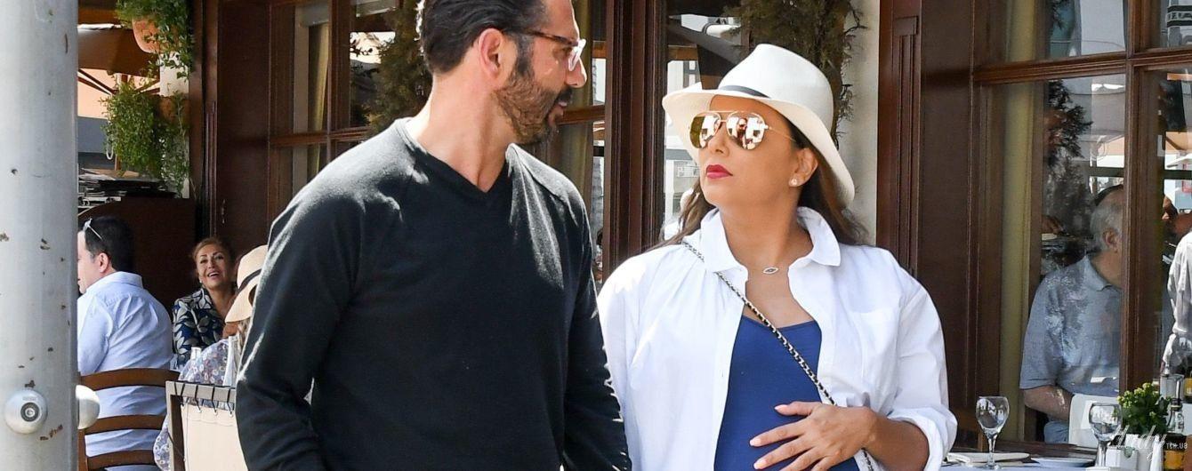 Хороша даже на 9-м месяце: беременную Еву Лонгорию подловили на прогулке с мужем