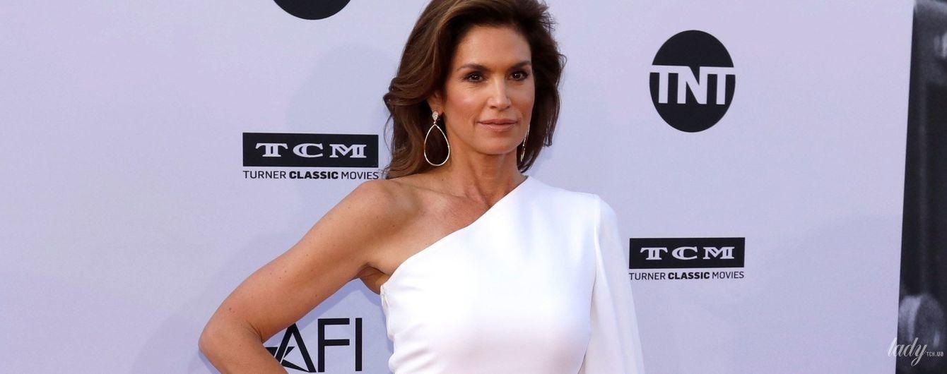 В белом платье с обнаженным плечом: эффектная Синди Кроуфорд вышла на красную дорожку