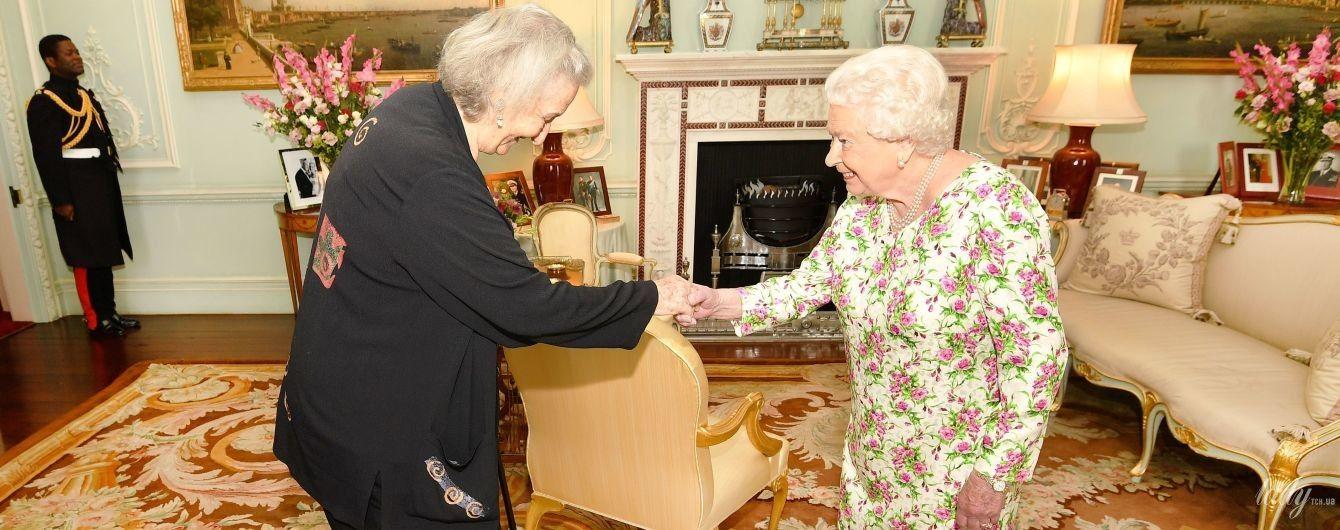 На приеме во дворце: 92-летняя королева Елизавета II продемонстрировала нежный цветочный образ