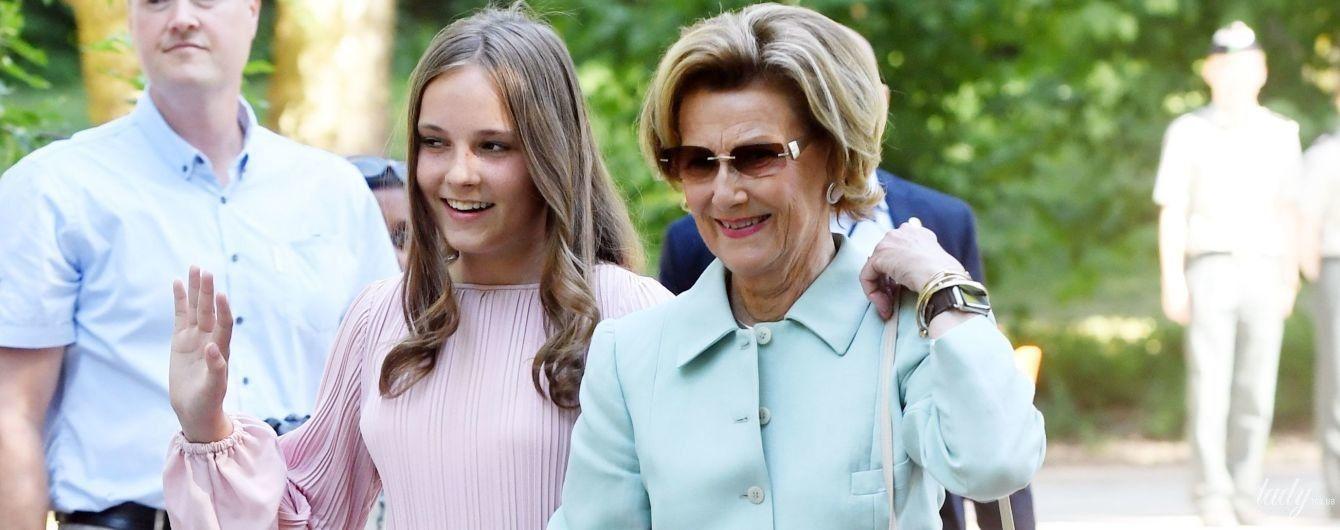 В белом платье и на каблуках: 80-летняя королева Соня вместе с внучкой посетила парк скульптур