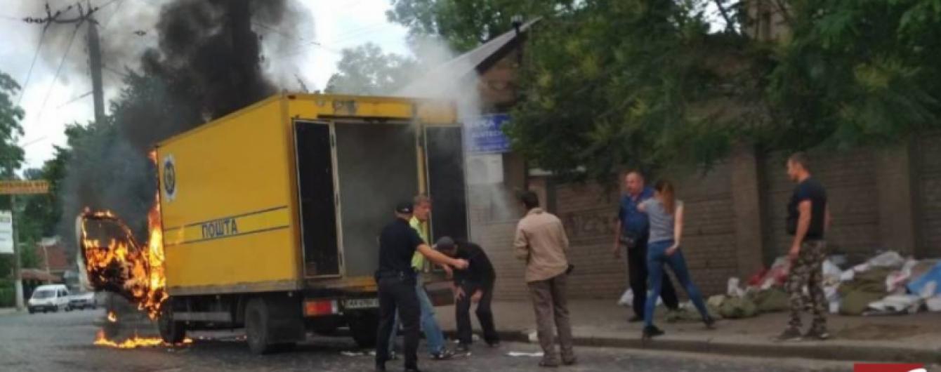 """У центрі Чернівців спалахнула вантажівка """"Укрпошти"""""""