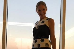В стильном наряде и без мейкапа: новый образ Кати Осадчей