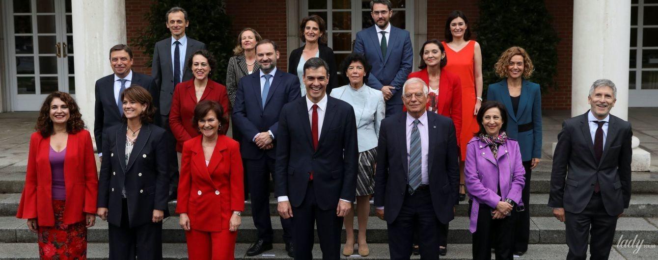 Договорились или совпадение: министры испанского правительства пришли на работу в красных нарядах