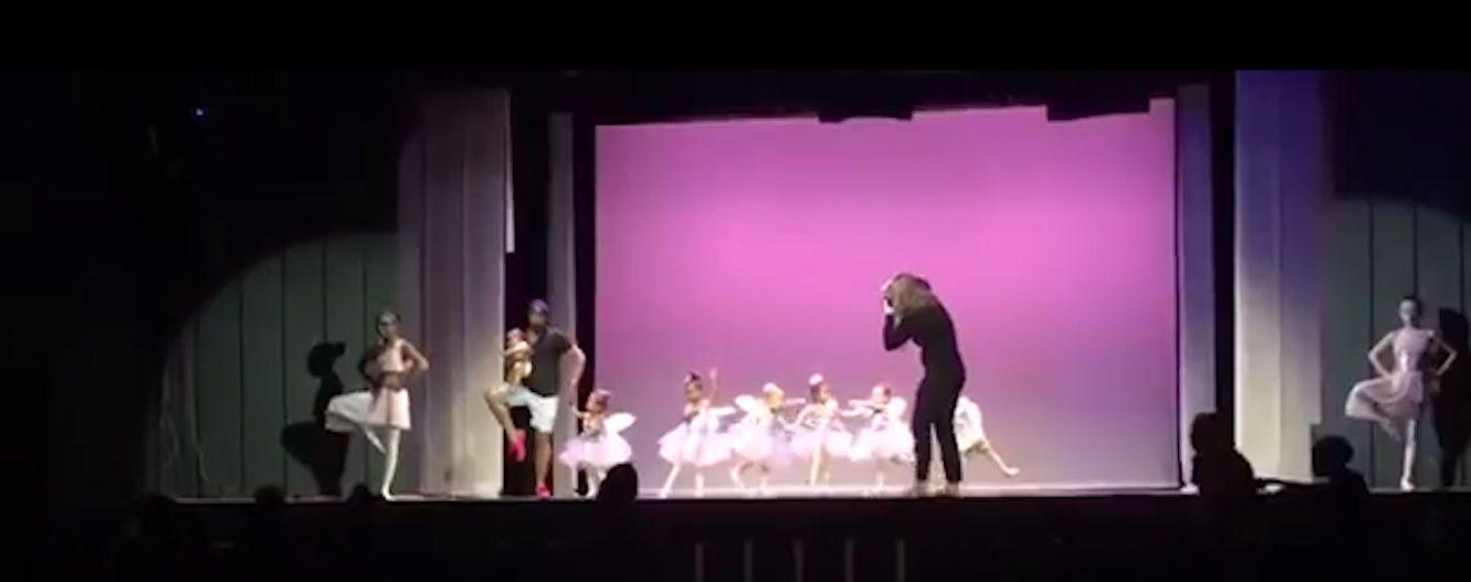 На Бермудах тато з немовлям на руках вибіг на сцену і станцював з донькою, щоб їй було не страшно