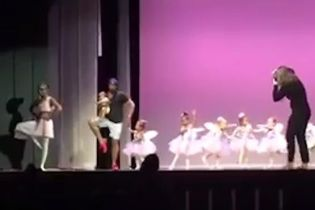 На Бермудах папа с младенцем на руках выбежал на сцену и станцевал с дочерью, чтобы ей было не страшно