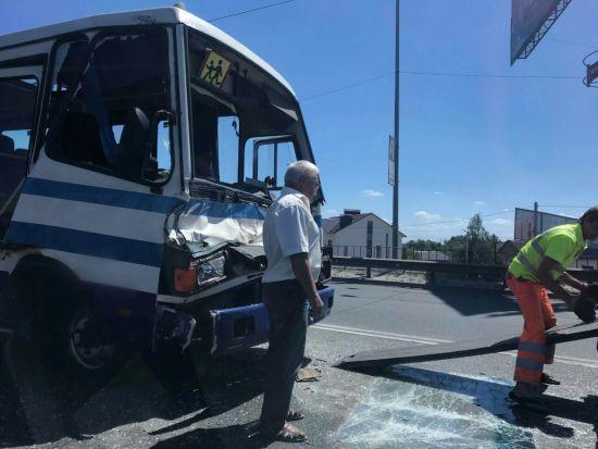 Під Києвом сталася масштабна ДТП, зіткнулися автобус та дві вантажівки
