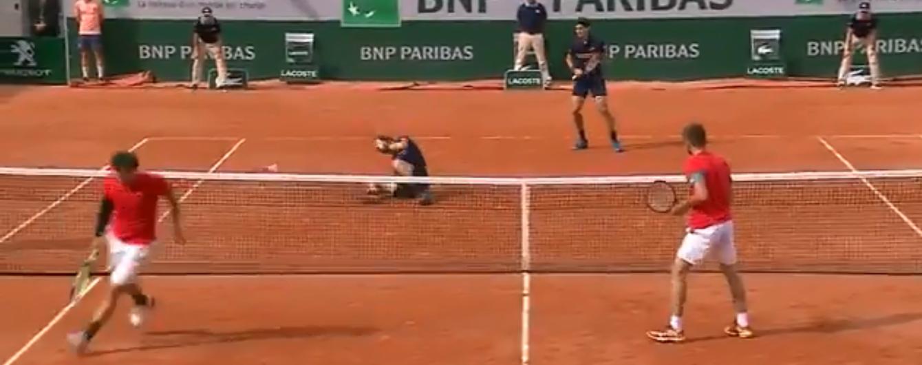 """Французский теннисист одним ударом """"положил"""" на корт своего партнера в матче Roland Garros"""