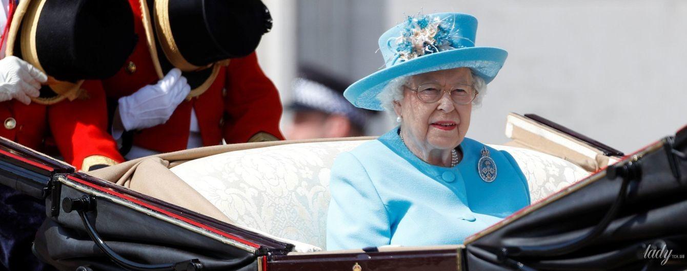В голубом наряде и с красной помадой: именинница королева Елизавета II на торжественном параде